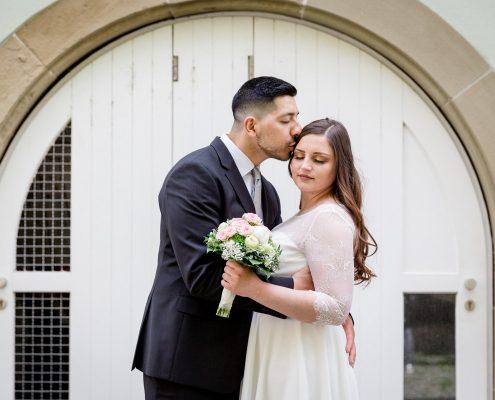 Hochzeitskuss, Standesamt, Hochzeitsfotos, Hochzeit Schweinfurt, Hochzeitsfotograf Unterfranken, Am Main, Gutermann Promenade, Zuerch, Daggi Binder, maizucker
